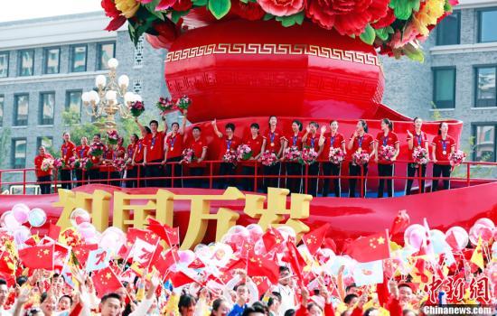 10月1日上午,庆贺中华群众共战国建立70周年年夜会正在北京天安门广场盛大举办。中国女排锻练郎仄携队员戴金牌列席大众游止。a target='_blank' href='http://www.chinanews.com/'中新社/a记者 汤彦俊 摄