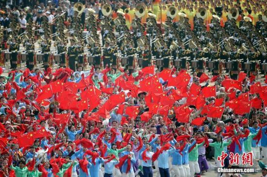 10月1日上午,庆祝中华人民共和国成立70周年大会在北京天安门广场隆重举行。图为群众游行。<a target='_blank' href='http://www.chinanews.com/'>中新社</a>记者 盛佳鹏 摄