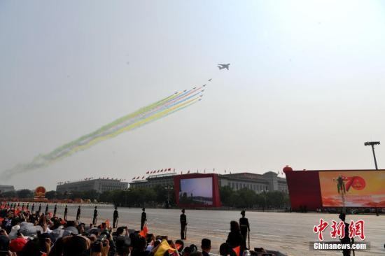 图为领队机梯队飞过天安门广场上空。<a target='_blank' href='http://www.chinanews.com/'>中新社</a>记者 王东明 摄