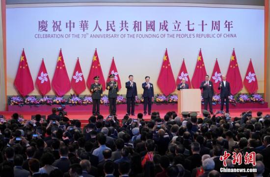 10月1日上午,香港特别行政区政府在香港会展中心举办庆祝中华公民共和国建立70周年酒会。香港特别行政区署理行政长官张建宗在国庆酒会上致辞。中新社记者 张炜 摄