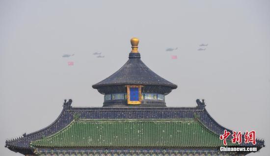 图为接受检阅的空中梯队从天坛祈年殿上空飞过。<a target='_blank' href='http://www.chinanews.com/'>中新社</a>记者 崔楠 摄