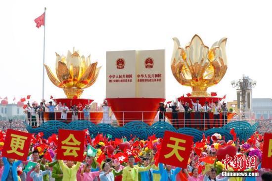 """10月1日上午,庆祝中华人民共和国建立70周年大会在北京天安门广场隆重举行。图为大众游行中的""""一国两制""""方阵。记者 富田 摄"""