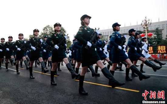 10月1日清晨,新中国成立70周年阅兵式将举行,受阅部队开始热身。中新社记者 汤彦俊 摄