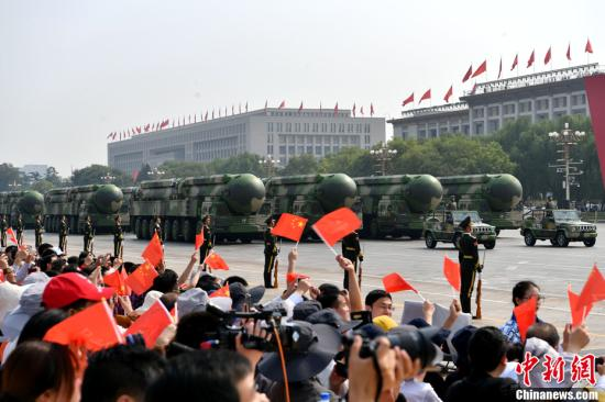 图为接受检阅的东风—41核导弹方队。中新社记者 王东明 摄