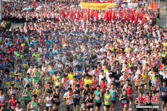10月1日上午8时,为隆重庆祝中华人民共和国成立70周年,澳门特区在金莲花广场举行升旗仪式。中新社发 钟欣 摄
