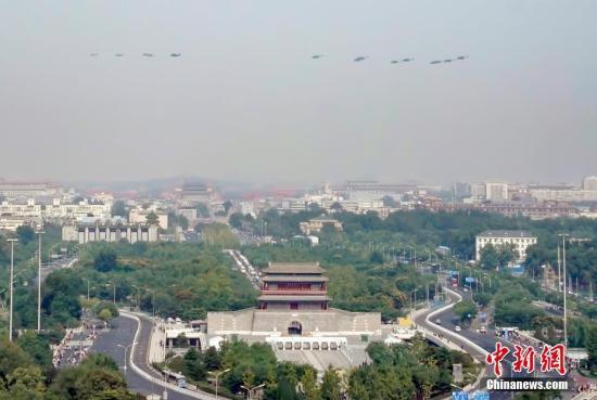 图为接受检阅的空中梯队从永定门城楼上空飞过。中新社记者 张兴龙 摄