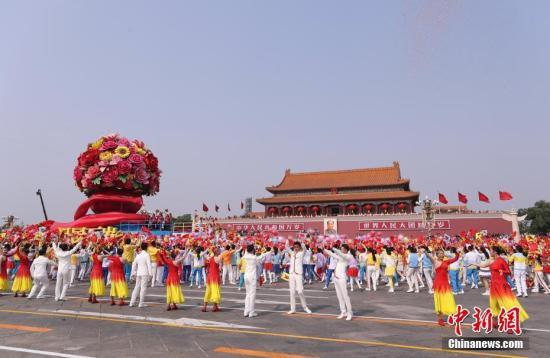 """10月1日上午,庆祝中华人民共和国成立70周年大会在北京天安门广场隆重举行。图为""""祖国万岁""""花车经过天安门。中新社记者 杜洋 摄"""