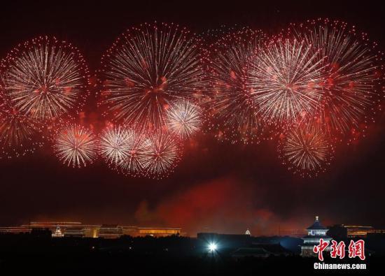 10月1日早,庆贺中华群众共战国建立70周年联悲举动正在北京天安门广场举办。a target='_blank' href='http://www.chinanews.com/'中新社/a记者 富田 摄