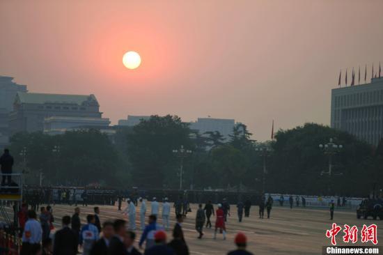 10月1日上午,庆贺中华群众共战国建立70周年年夜会将正在北京天安门广场盛大举办。图为晨光中的少安街。a target='_blank' href='http://www.chinanews.com/'中新社/a记者 王东明 摄