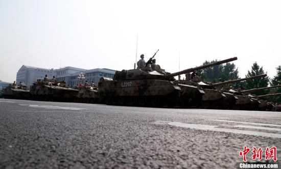 10月1日上午,庆祝中华人民共和国成立70周年大会在北京天安门广场隆重举行。图为东风-41导弹方队接受检阅。图为受阅的坦克方队。中新社记者 汤彦俊 摄