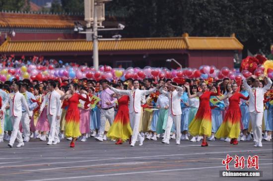 10月1日上午,庆祝中华人民共和国成立70周年大会在北京天安门广场隆重举行。图为群众游行。<a target='_blank' href='http://www.chinanews.com/'>中新社</a>记者 杜洋 摄