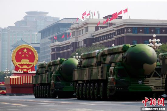 图为东风-41导弹方队接受检阅。中新社记者 汤彦俊 摄