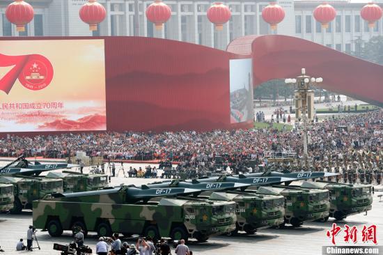 图为东风-17常规导弹方队接受检阅。<a target='_blank' href='http://www.chinanews.com/'>中新社</a>记者 盛佳鹏 摄