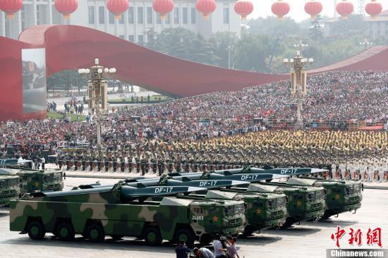10月1日上午,庆祝中华人民共和国成立70周年大会在北京天安门广场隆重举行。图为东风-17常规导弹方队接受检阅。/p中新社记者 盛佳鹏 摄