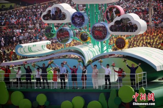 10月1日上午,庆贺中华群众共战国建立70周年年夜会正在北京天安门广场盛大举办。图为那是大众游止中的树德树人圆阵。a target='_blank' href='http://www.chinanews.com/'中新社/a记者 衰佳鹏 摄