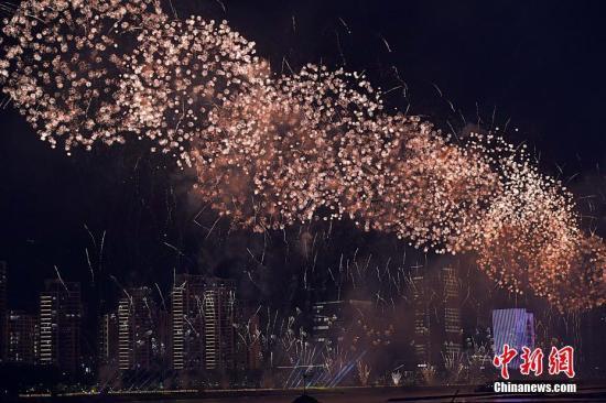 9月30日晚,福建省2019年国庆焰火晚会在福州举办,庆祝新中国成立70周年。张斌 摄