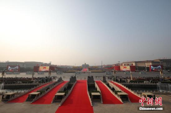 10月1日上午,庆贺中华群众共战国建立70周年年夜会将正在北京天安门广场盛大举办。图为晨光中的天安门广场。  a target='_blank' href='http://www.chinanews.com/'中新社/a记者 衰佳鹏 摄