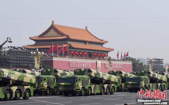 10月1日上午,庆祝中华人民共和国成立70周年大会在北京天安门广场隆重举行。图为受阅的无人作战第1方队。记者 毛建军 摄