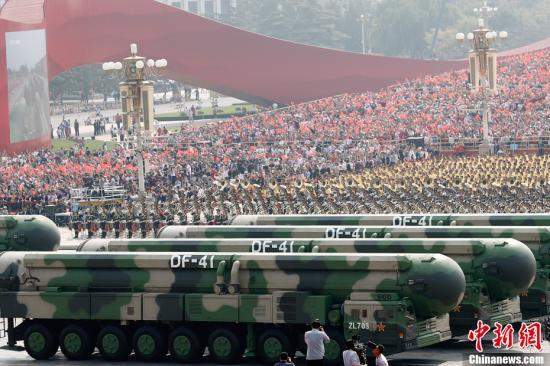 10月1日上午,庆祝中华人民共和国成立70周年大会在北京天安门广场隆重举行。图为受阅的东风-41核导弹方队。中新社记者 盛佳鹏 摄