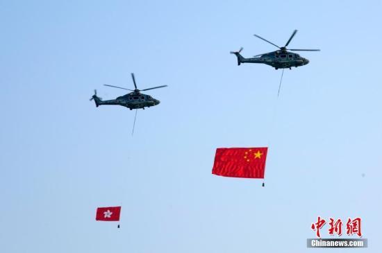 10月1日上午,为庆祝中华人民共和国成立70周年,香港特别行政区政府在金紫荆广场举行升旗仪式。中新社记者 张炜 摄