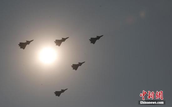 10月1日上午,庆祝中华人民共和国成立70周年大会在北京天安门广场隆重举行。图为接受检阅的空中梯队。<a target='_blank' href='http://www.chinanews.com/'>中新社</a>记者 杜洋 摄