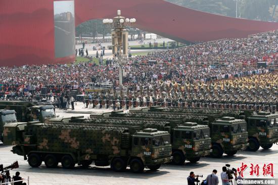 10月1日上午,庆祝中华人民共和国成立70周年大会在北京天安门广场隆重举行。图为预警雷达方队接受检阅。中新社记者 盛佳鹏 摄