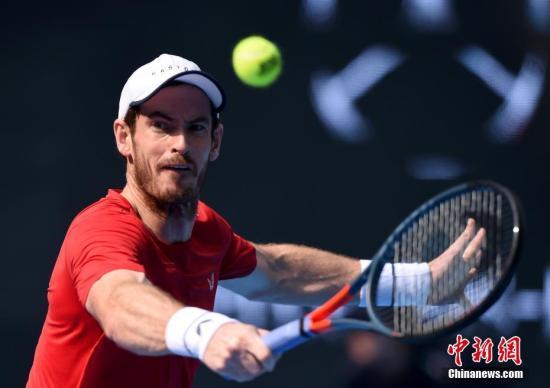 10月2日,2019年中国网球公开赛男单第二轮,英国选手穆雷2:1(7-6/6-7/6-1)战胜同胞诺里,晋级第三轮。图为穆雷在比赛中回球。中新社记者 侯宇 摄