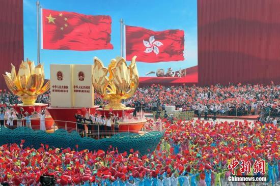 """10月1日上午,庆祝中华人民共和国建立70周年大会在北京天安门广场隆重举行。图为大众游行中的""""一国两制""""方阵。记者 盛佳鹏 摄"""