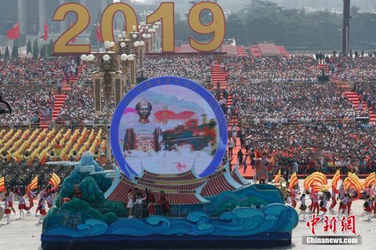 """10月1日上午,庆祝中华人民共和国成立70周年大会在北京天安门广场隆重举行。图为行进中的""""宝岛台湾""""彩车。中新社记者 盛佳鹏 摄"""
