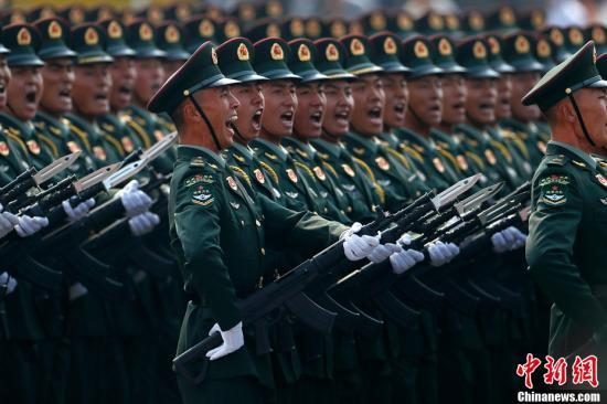 10月1日上午,庆祝中华人民共和国成立70周年大会在北京天安门广场隆重举行。图为受阅的陆军方队。中新社记者 富田 摄