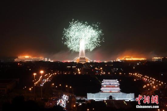 10月1日晚,庆祝中华人民共和国成立70周年联欢活动在北京天安门广场举行。璀璨的烟花在夜空绽放。中新社记者 张兴龙 摄