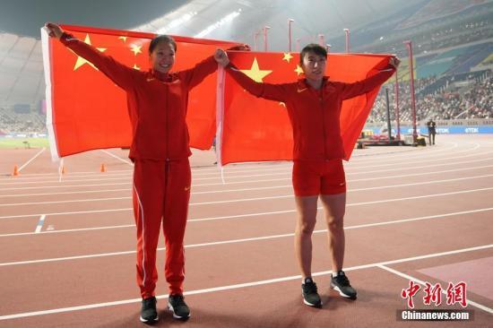 當地時間10月1日晚,在卡塔爾多哈舉行的2019國際田聯世界田徑錦標賽女子標槍決賽中,中國選手劉詩穎與呂會會分別以65米88和65米49的成績獲得亞軍和季軍。圖為劉詩穎(左)、呂會會在比賽后慶祝。<a target='_blank' href='http://www.koisjs.icu/'>中新社</a>記者 泱波 攝