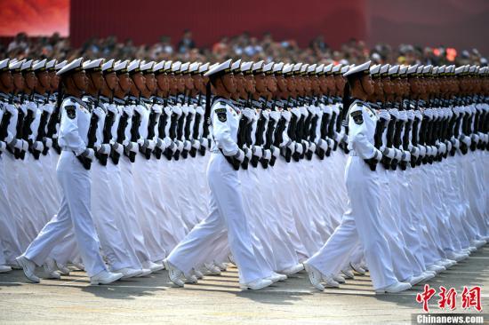 10月1日上午,庆祝中华人民共和国成立70周年大会在北京天安门广场隆重举行。图为受阅的海军方队。记者 王东明 摄