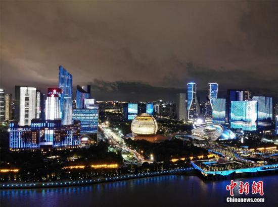 10月1日,国庆节,杭州钱塘江畔上演流光溢彩的灯光秀。/p中新社记者 李晨韵 摄