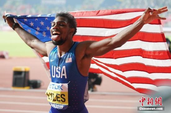 当地时间10月1日晚,在卡塔尔多哈举行的2019国际田联世界田径锦标赛男子200米决赛中,美国选手莱尔斯以19秒83夺冠。图为莱尔斯在比赛后庆祝。a target='_blank' href='http://www.chinanews.com/'中新社/a记者 泱波 摄