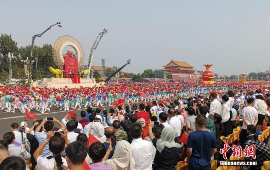 10月1日上午,庆祝中华人民共和国成立70周年大会在北京天安门广场隆重举行。图为群众游行。中新社记者 毛建军 摄