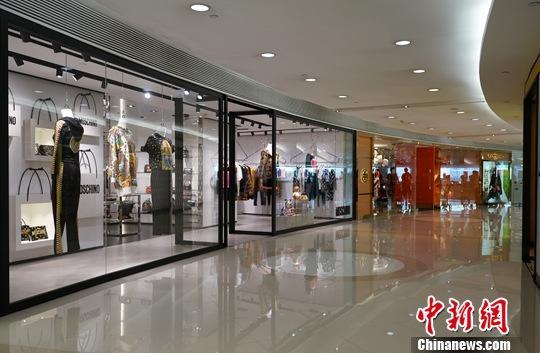 资料图:近期香港尖沙咀一座大型购物城内顾客稀少。中新社</a>记者 张炜 摄