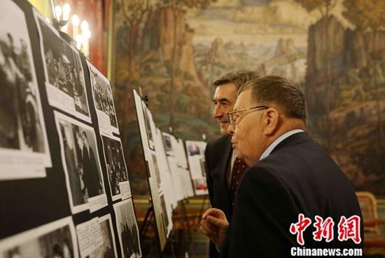 俄外交部举办纪念俄中建交70周年档案文献展