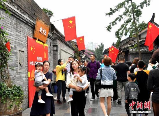 资料图z8tW:游人如织的成都宽窄巷子PBhm。安源 摄