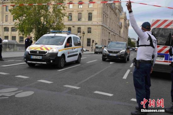 事收后,巴黎差人总部中警戒威严,救济车辆正在现场严重穿越。a target='_blank' href='http://www.chinanews.com/'中新社/a记者 李洋 摄