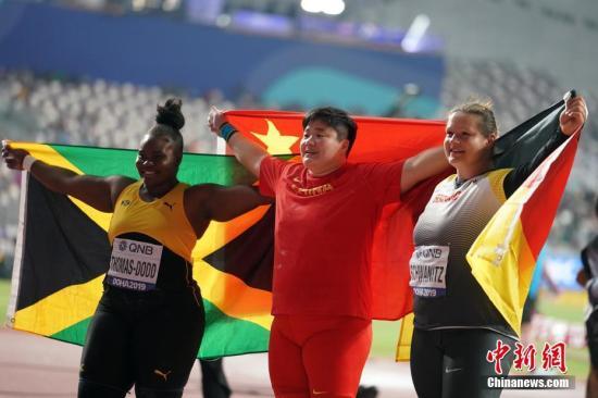當地時間10月3日,鞏立姣(中)與牙買加選手托馬斯-多德(左)、德國選手施瓦尼茨合影。<a target='_blank' href='http://www.nzmdgi.icu/'>中新社</a>記者 泱波 攝
