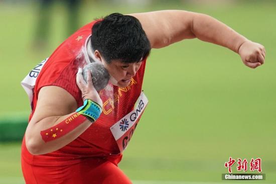 当地时间10月3日,巩立姣在比赛中。当日,在卡塔尔多哈举行的2019国际田联世界田径锦标赛女子铅球决赛中,卫冕冠军、中国选手巩立姣以19米55的成绩夺得冠军。lt;a target='_blank' href='http://www.chinanews.com/'gt;中新社lt;/agt;记者 泱波 摄