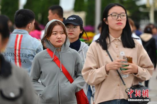 材料图:气温降落,中出公众加衣保温。a target='_blank' href='http://www.chinanews.com/'种孤社/a记者 张兴龙 摄