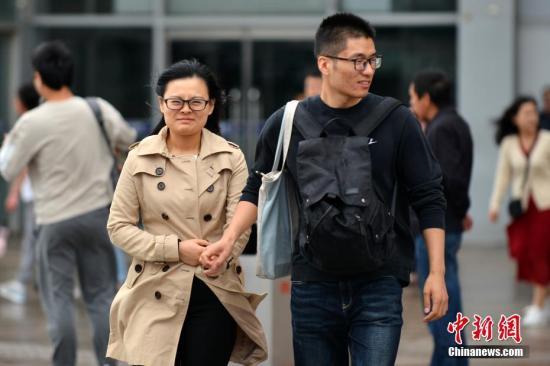 材料图:北京气温降落,市平易近出止加衣保温。a target='_blank' href='http://www.chinanews.com/'中新社/a记者 张兴龙 摄