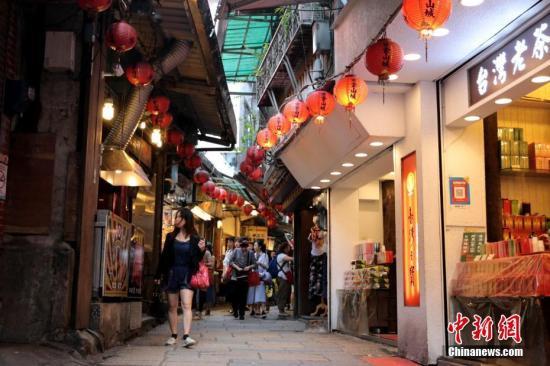 10月3日,台湾新北市瑞芳区九份的建筑风格与布局颇具特色,电影《悲情城市》便取景于此,近年九份持续成为游客喜爱之处。入秋气温仍暖,九份处处高挂红灯笼、张贴着楹联,传统意味浓厚。记者 张远 摄