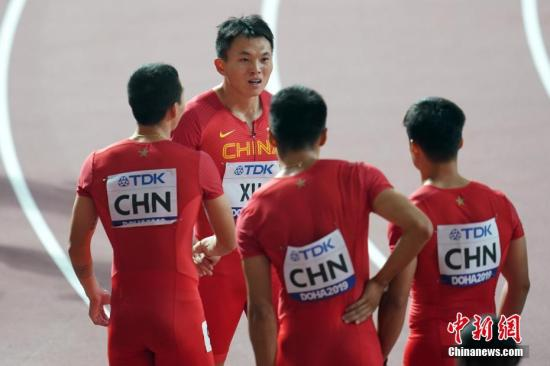 當地時間10月4日晚,在卡塔爾多哈舉行的2019國際田聯世界田徑錦標賽男子4X100米接力中,中國隊以37秒79的成績晉級決賽。圖為中國選手吳智強、謝震業、蘇炳添和許周政(左二)在比賽后交流。<a target='_blank' href='http://www.yzbstx.icu/'>中新社</a>記者 泱波 攝