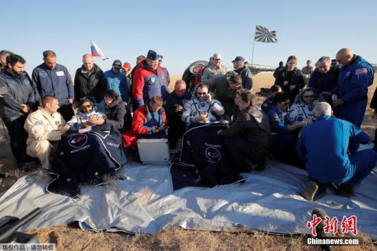 """材料图:本地工夫10月3日,哈萨克斯坦Zhezkazgan,载有3名宇航员的""""同盟MS-12""""号载人飞船前往天球。那3名宇航员别离为好国宇航员僧克-乌格、俄罗斯宇航员阿历克开-奥妇偶宁和阿联酋宇航员哈扎里-阿里-阿我曼索里。"""