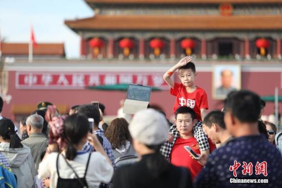 资料图:游客在北京天安门广场参观游览。中新社记者 蒋启明 摄