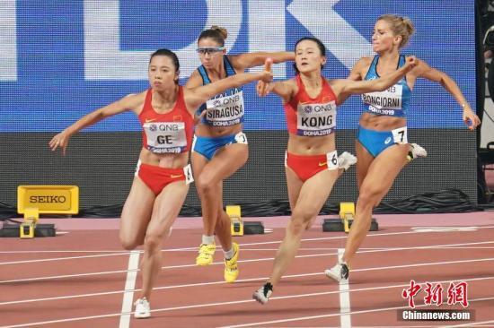 当地时间10月4日晚,在卡塔尔多哈举行的2019国际田联世界田径锦标赛女子4X100米接力中,中国队以42秒36的成绩晋级决赛。图为中国队选手孔令微(左三)、葛曼棋(左一)在比赛中。/p记者 泱波 摄