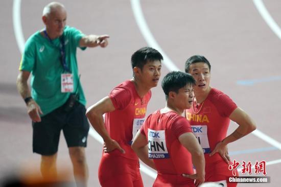 当地时间10月4日晚,在卡塔尔多哈举行的2019国际田联世界田径锦标赛男子4X100米接力中,中国队以37秒79的成绩晋级决赛。图为中国选手吴智强(右一)、苏炳添(右二)、谢震业(右三)在比赛后。a target='_blank' href='http://www.chinanews.com/'中新社/a记者 泱波 摄